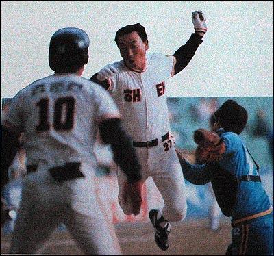 86년 한국시리즈 5차전에서 홈으로 쇄도해 세이프 되고 있는 김봉연 86년 한국시리즈 5차전에서 홈으로 쇄도해 세이프 되고 있는 김봉연